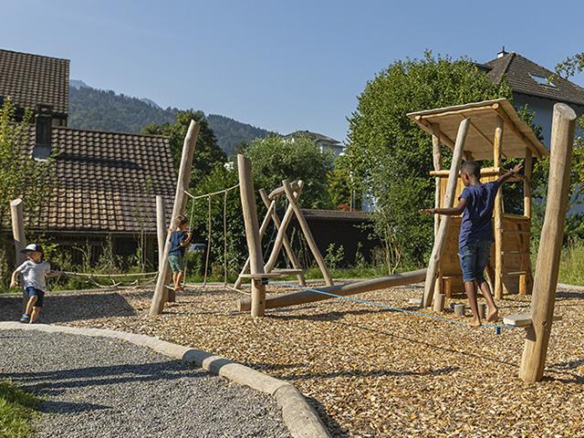 Amstutz Gartenbau, Spielplatz-Kletterspielplatz, Holzschnitzel