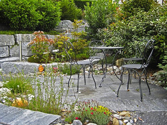 Amstutz Gartenbau, Steingarten, mit viel Grün